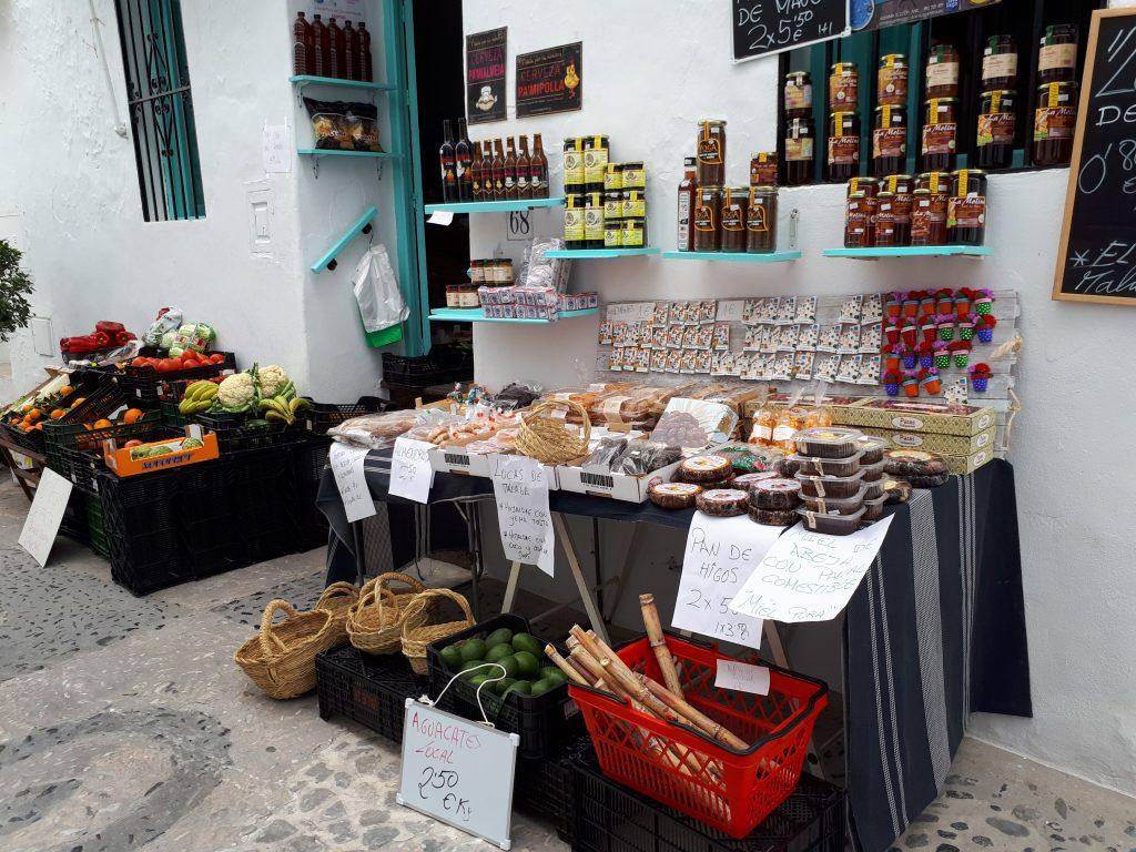 Foto tienda productos típicos de Frigiliana con escapadas en Málaga