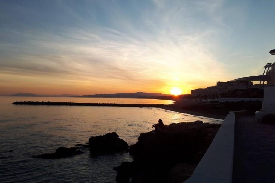Foto del atardecer desde el faro de Torrox-Costa con escapadas en Málaga